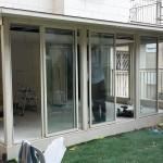 Закрытие балкона электрическими жалюзями