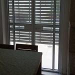 алюминиевые двери на балкон в спальне